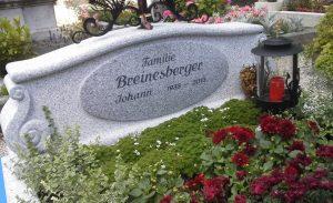 Sockel von Grabkreuz