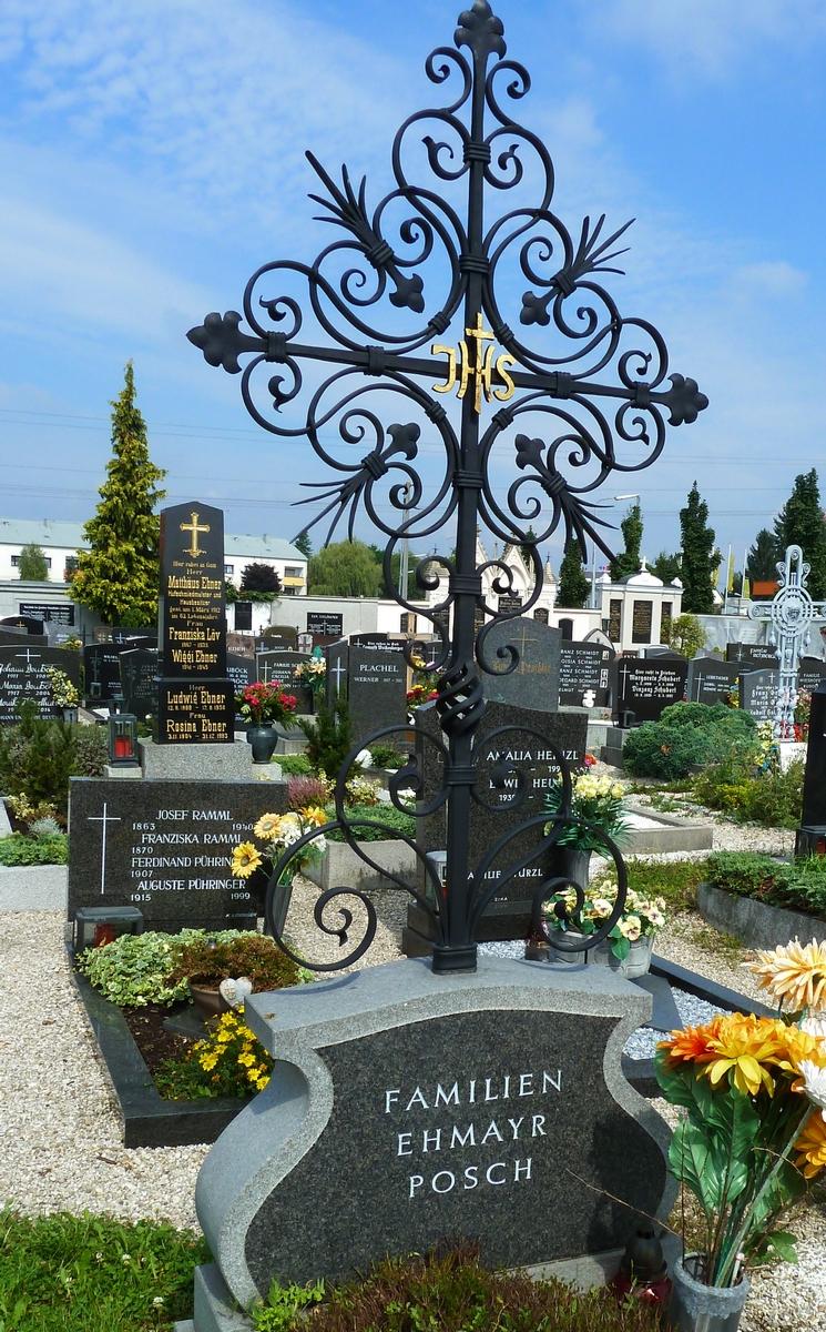 Großes Kreuz auf Grabstein